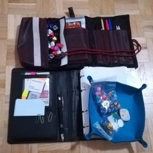Ein Bild mit Rollenspielutensilien wie einem All Rolled Up, das den Besitz von Würfelsets, Würfelunterlage und Schreibzeug belegt